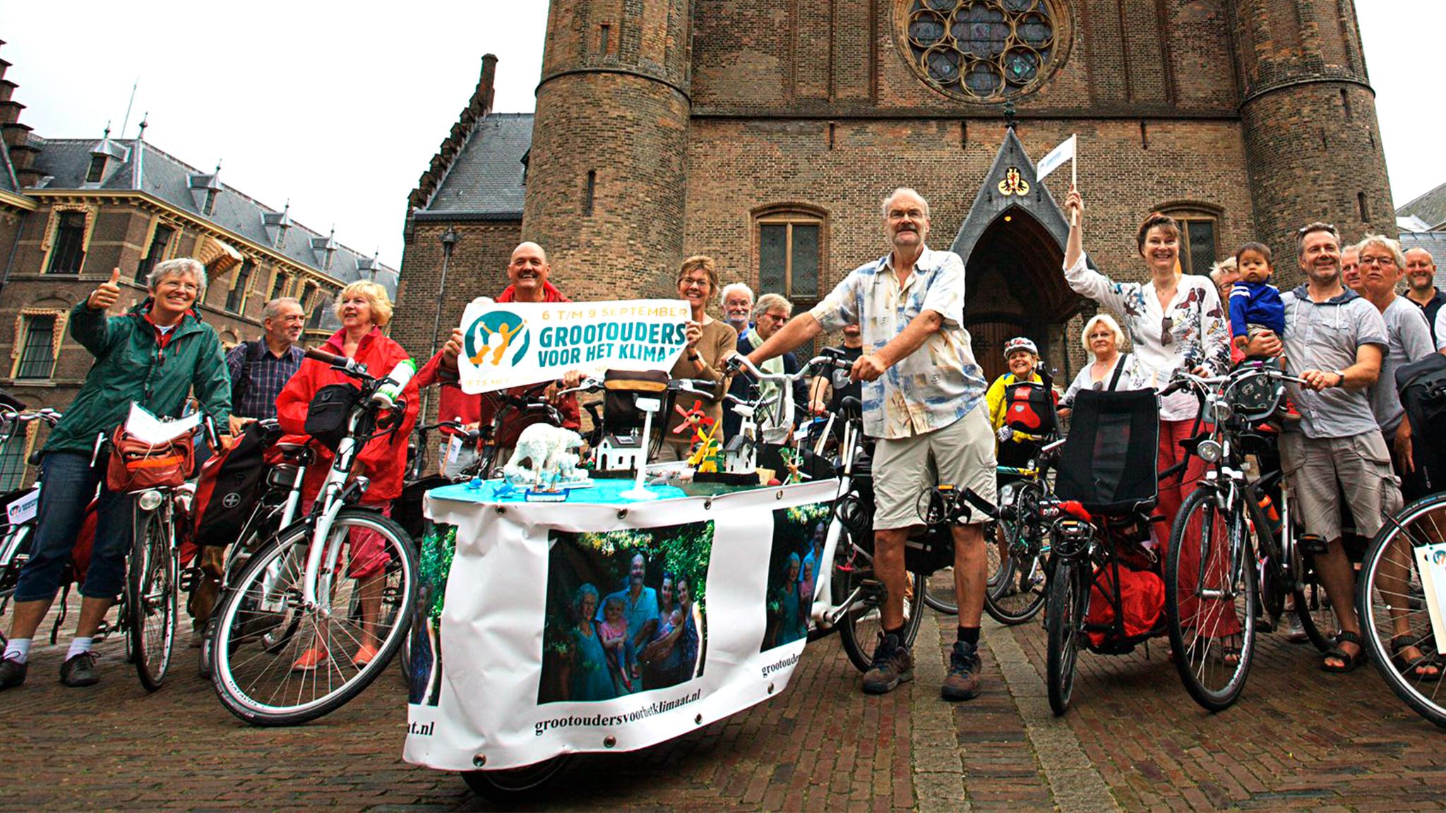 De opa's en oma's starten op het Binnenhof in Den Haag.